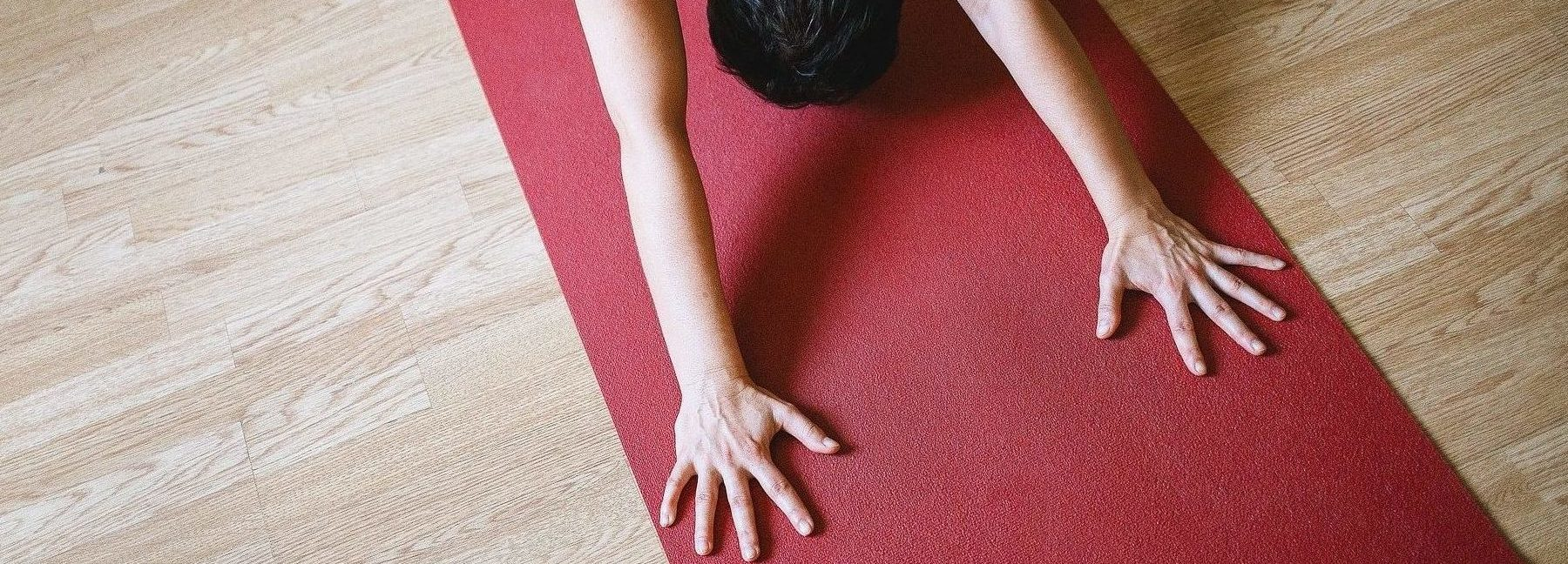 homme cours de yoga