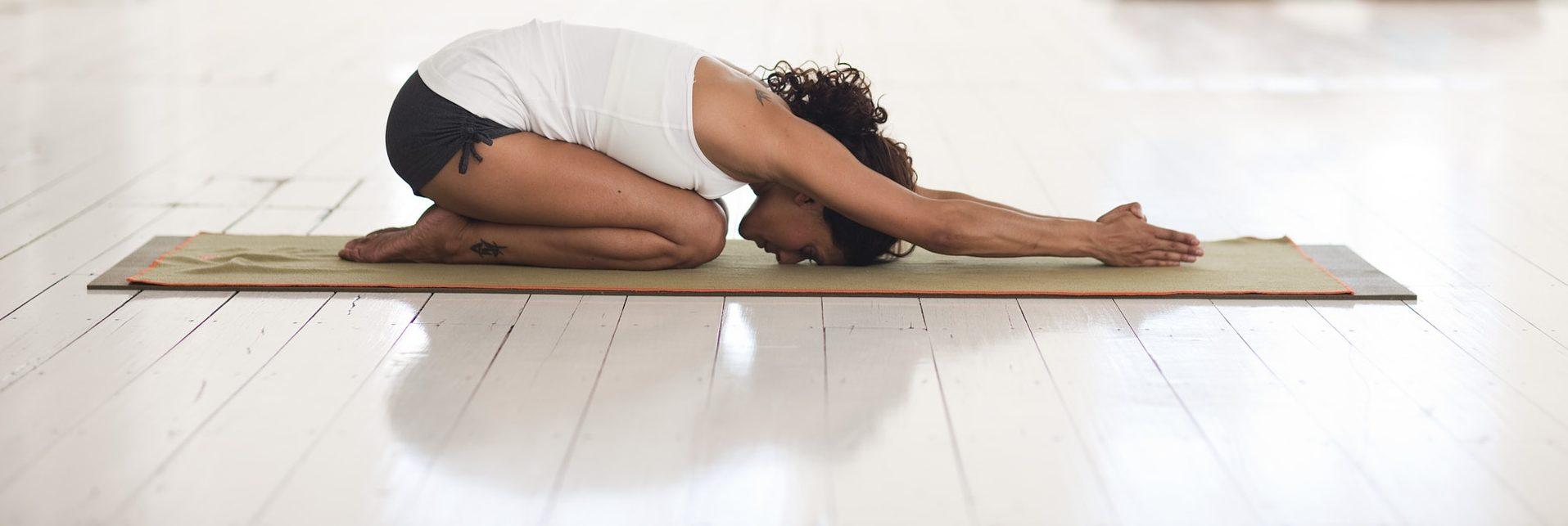 femme cours de yoga